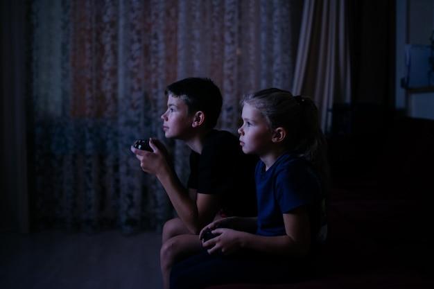 Kinder spielen videospiele dark room