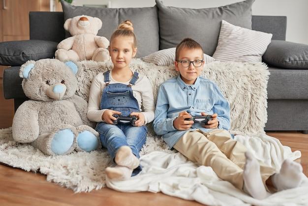 Kinder spielen videospiele