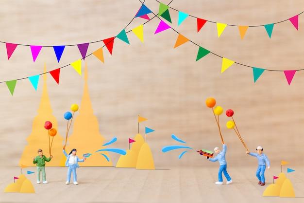Kinder spielen wasser im tempel, songkran festival, thailand traditioneller neujahrstag