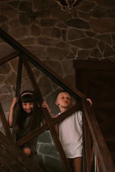 Kinder spielen zu hause auf einer treppe
