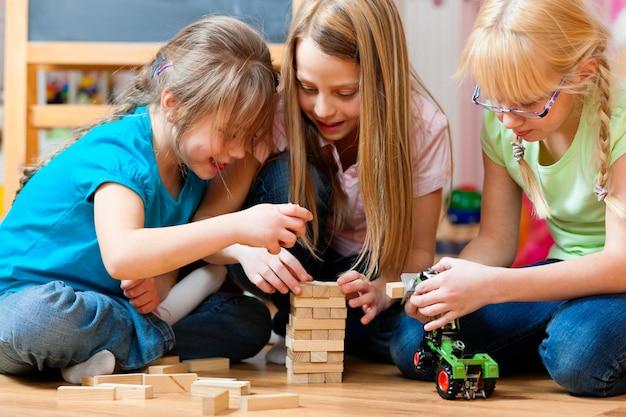 Kinder spielen zu hause