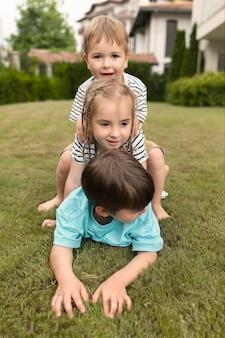 Kinder spielen zusammen auf gras