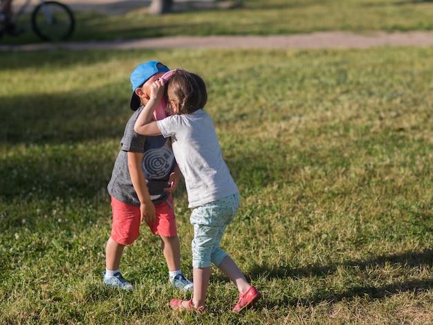 Kinder spielen zusammen im park, kinder lieben