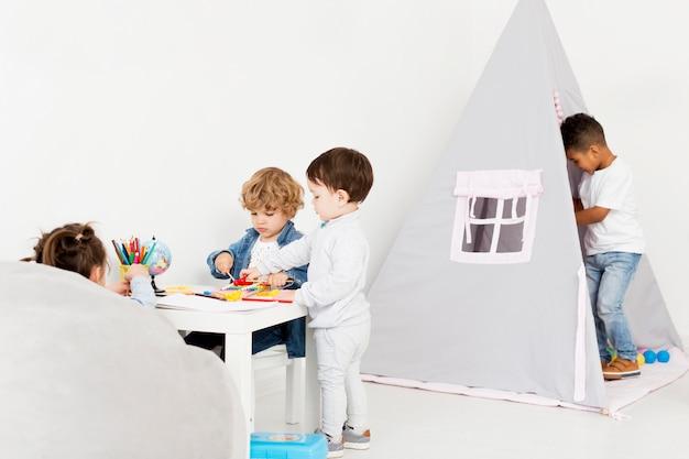 Kinder spielen zusammen zu hause mit zelt
