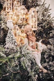 Kinder stehen auf der oberen ebene der weihnachtsdekoration