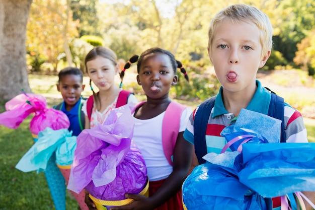 Kinder strecken an einem sonnigen tag die zunge heraus