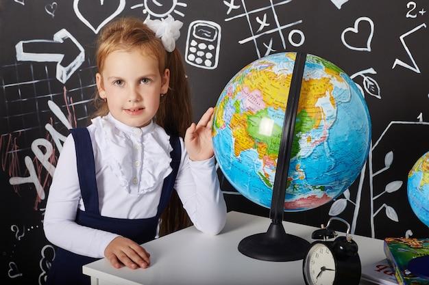 Kinder studentin lernen in der schule am ersten september, am letzten tag des studiums, zwischen den stunden wechseln
