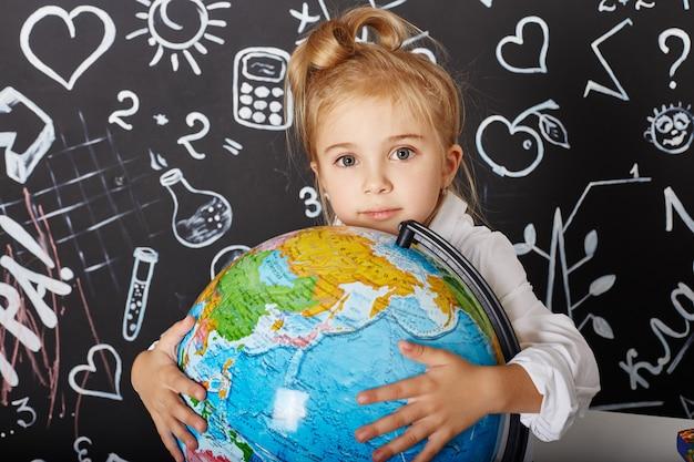 Kinder studentin lernen in der schule am ersten september, am letzten tag des studiums, zwischen den stunden wechseln.