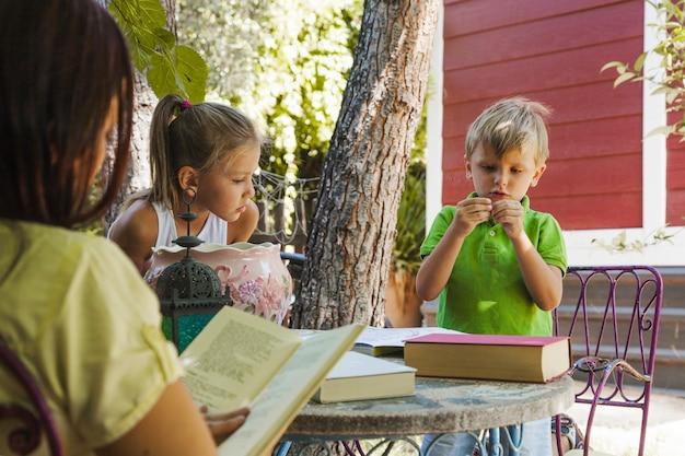 Kinder studieren im garten