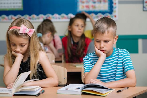 Kinder studieren im klassenzimmer