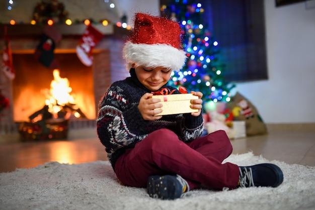 Kinder suchen ein goldenes geschenk