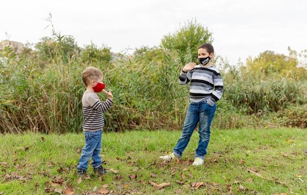 Kinder tragen eine gesichtsmaske zum schutz des virus