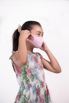 Kinder tragen eine maske