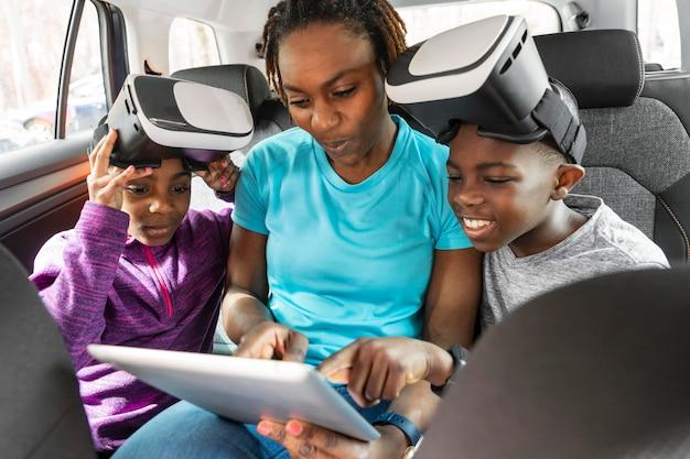 Kinder tragen eine virtual-reality-brille