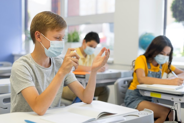 Kinder tragen maske im unterricht