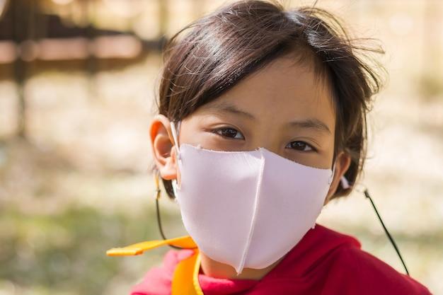 Kinder tragen masken, um übertragbaren krankheiten vorzubeugen.