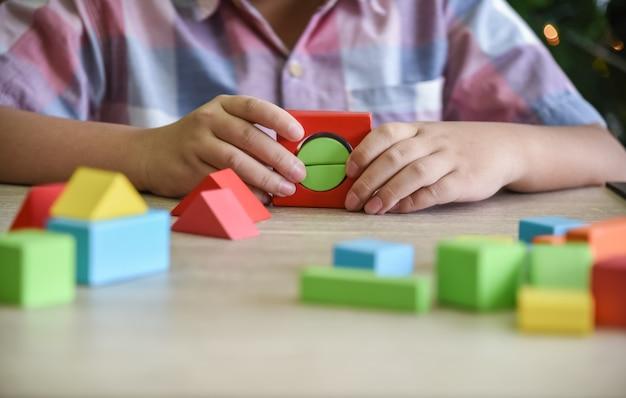 Kinder üben fähigkeiten, indem sie holzteile, geometrie, zusammenbauen.