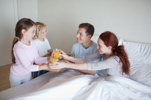 Kinder überraschen ihre eltern mit frühstück