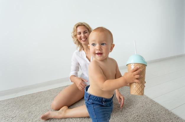 Kinder und alleinerziehende konzeptkonzeptmutter, die mit ihrem baby spielt