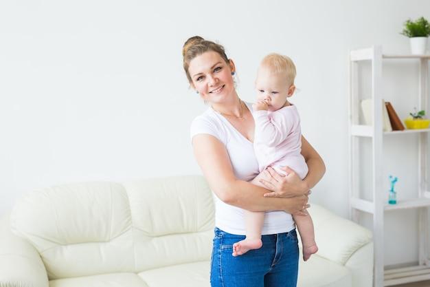 Kinder- und elternkonzept - mutter und ihr kleines baby zu hause