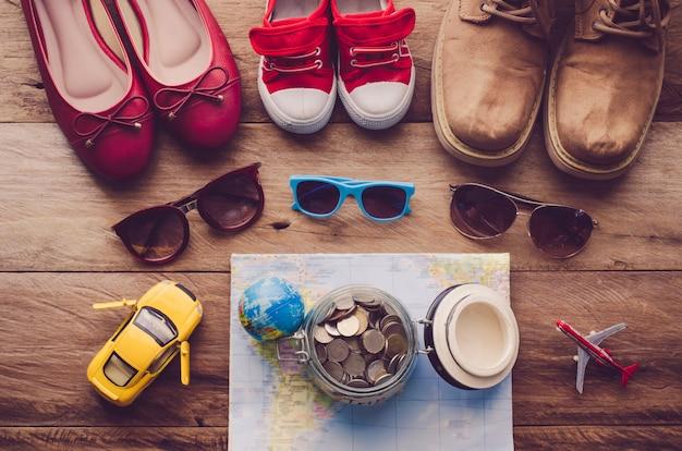 Kinder- und erwachsenensonnenbrillen und -schuhe entsprechend und ziel für die reise
