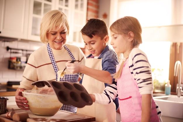 Kinder und oma machen muffins