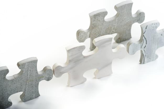 Kinder verbinden das puzzle