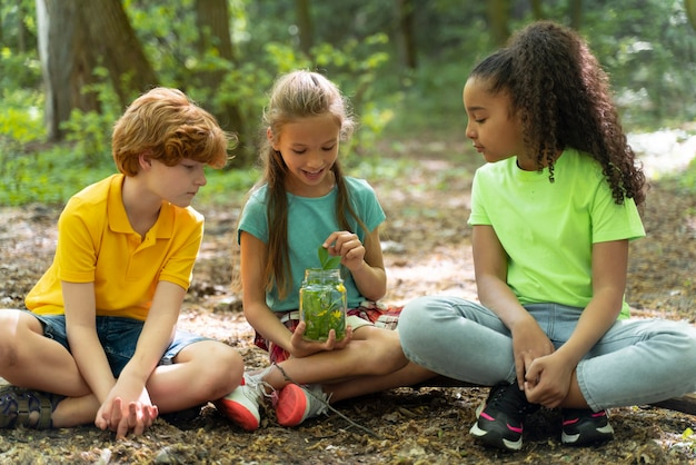 Kinder verbringen zeit zusammen in der natur