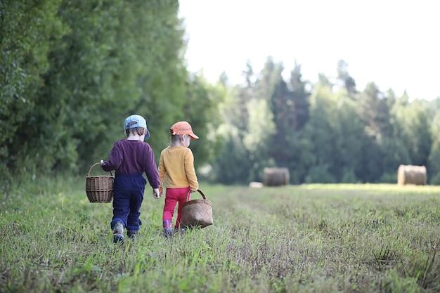 Kinder versammelten sich bei einer wanderung im nächsten wald auf der suche nach pilzen