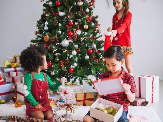Kinder vieler nationalitäten feiern den weihnachtstag