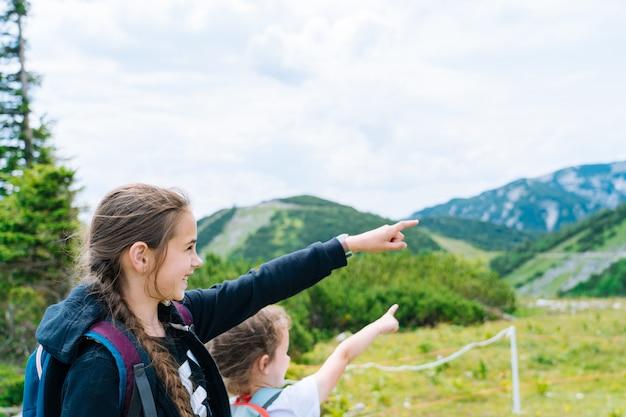 Kinder wandern an schönen sommertagen in den bergen
