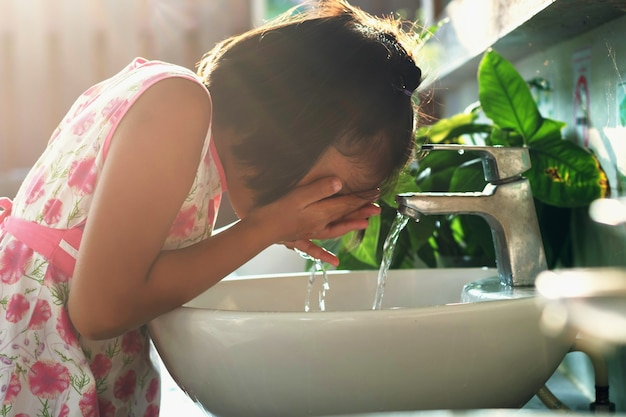Kinder waschen gesicht im becken