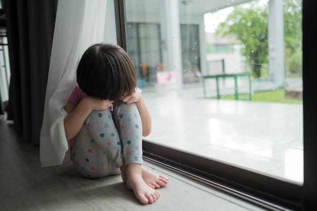 Kinder weinen kleines mädchen, das traurig ist