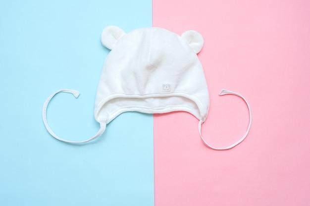 Kinder weiße kappe auf einem blau und rosa