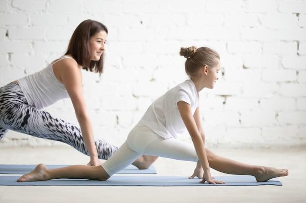 Kinder yoga lehrer ausbildung mit einem kind eine hanumanasana pose