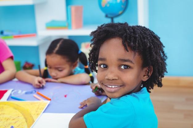 Kinder zeichnen auf farbiges papier