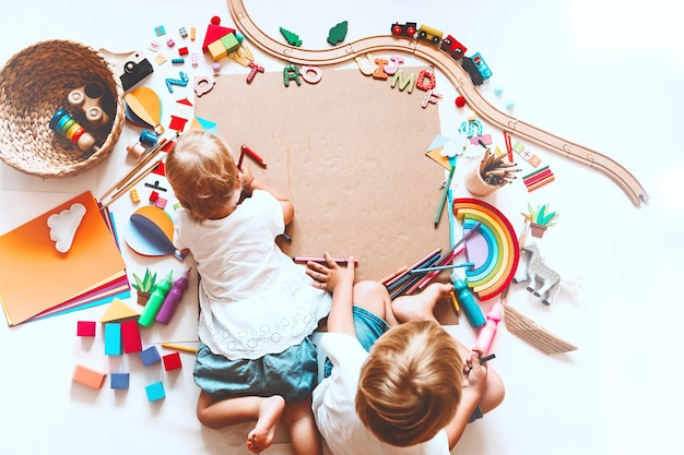 Kinder zeichnen und basteln kinder mit lernspielzeug und schulmaterial für kreativität