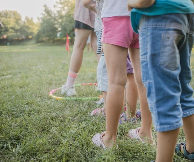 Kinder zusammen in bewegung draußen und beine eines kindes in aktion vorne