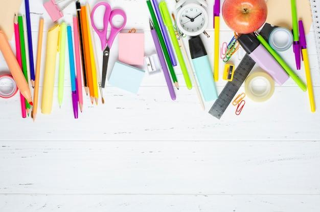 Kinderaccessoires für studium, kreativität und büromaterial auf weißem holzhintergrund. zurück zum schulkonzept. speicherplatz kopieren
