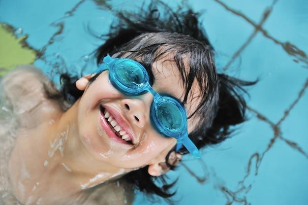 Kinderaktivitäten im schwimmbad