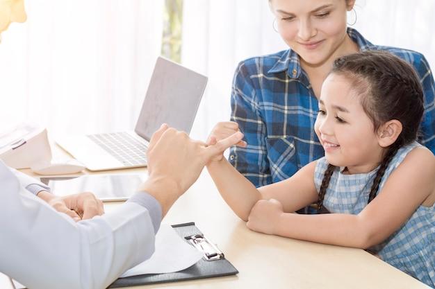 Kinderarzt (arzt) mann gibt fauststoß (high five to)