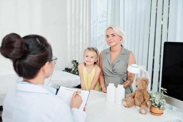 Kinderarzt schreibt beschwerden auf