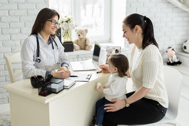 Kinderarzt treffen mit mutter und kind im krankenhaus
