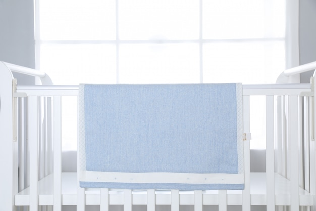 Kinderbett über großem fenster