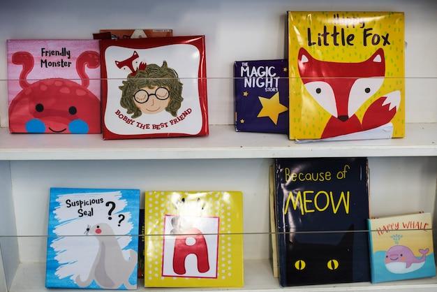 Kinderbücher in der bibliothek der grundschule