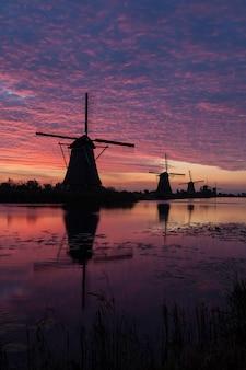 Kinderdijk in holland bis zum sonnenaufgang