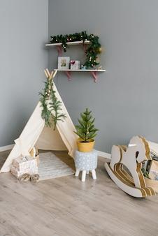 Kinderecke im zimmer, dekoriert für weihnachten und neujahr