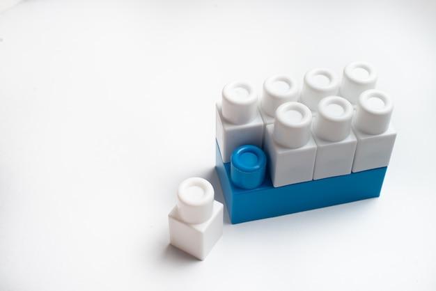Kinderentwicklung, bausteine und bau. weiße und blaue farbblöcke.