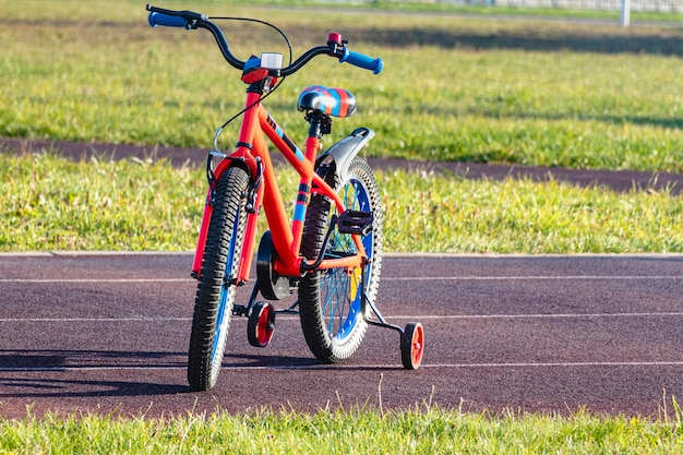 Kinderfahrrad auf der sportbahn. laufrad für kinder. einem kind beibringen, sport zu treiben.