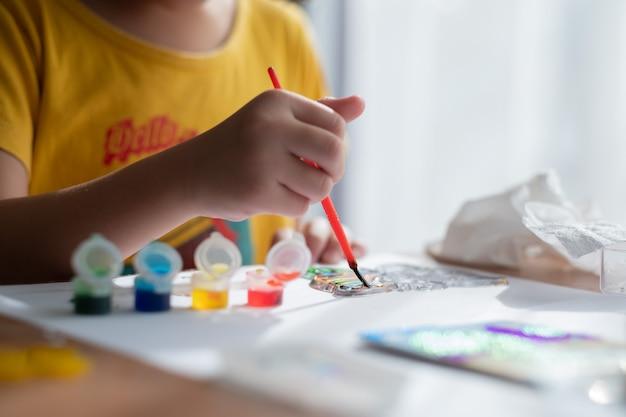 Kinderfarbe auf papier, bildungskonzept